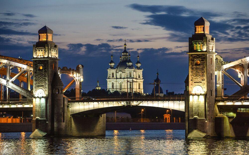 Il ponte di Pietro il Grande e la Cattedrale della Ressurezione a San Pietroburgo.