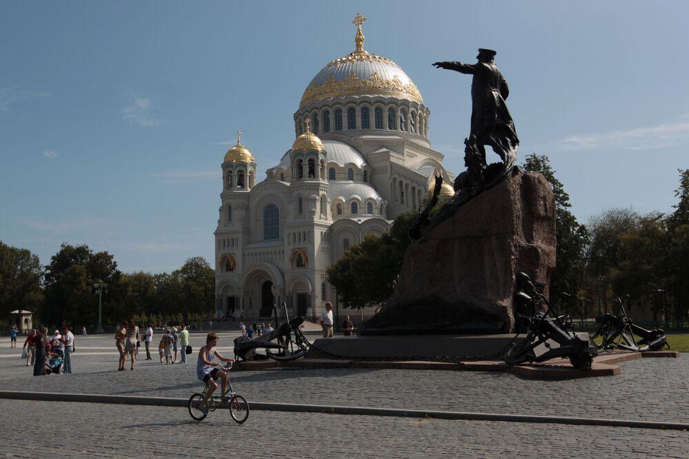 La cattedrale di San Nicola e il monumento al vice-ammiraglio Makarov a Kronstadt.