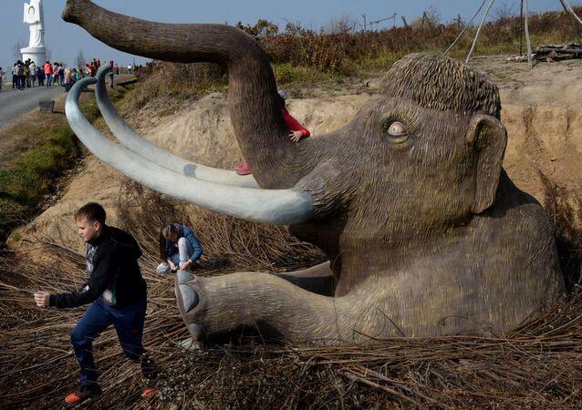 Un mammut artificiale in un parco storico ad Ussurijsk