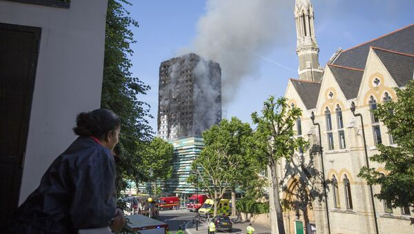 Smoke billows from a high-rise apartment building on fire in London, Wednesday, June 14, 2017 - Sputnik Italia