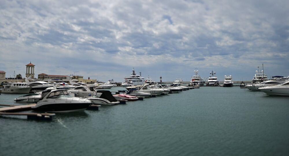 Gli yacht nel porto di Sochi