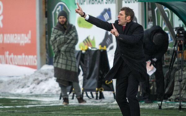 Massimo Carrera da indicazioni ai suoi giocatori durante la partita Tom' Tomsk - Spartak, giocata a -14° - Sputnik Italia