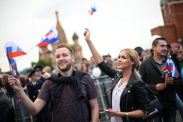 Spettatori visti durante il concerto dedicato al Giorno della Russia in Piazza Rossa, Mosca. - Sputnik Italia
