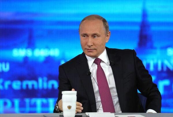 Il presidente russo Vladimir Putin risponde alle domande dei russi durante l'annuale Linea Diretta. - Sputnik Italia