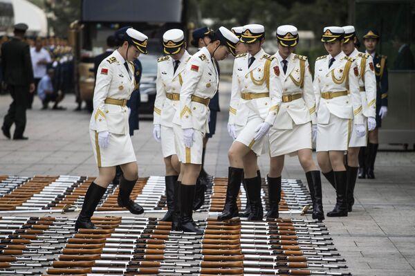 La guardia cinese composta da donne vista prima dell'incontro tra il premier di Lussemburgo Xavier Bettel e il premier cinese Li Keqiang a Pechino. - Sputnik Italia