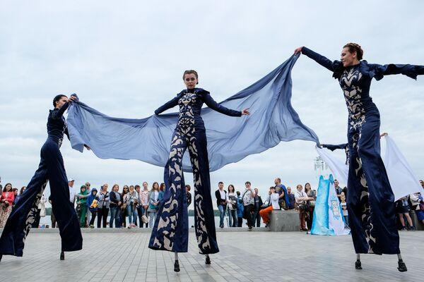 I partecipanti e ospiti del festival VolgaFest-2017 sul lungofiume del Volga a Samara, Russia. - Sputnik Italia