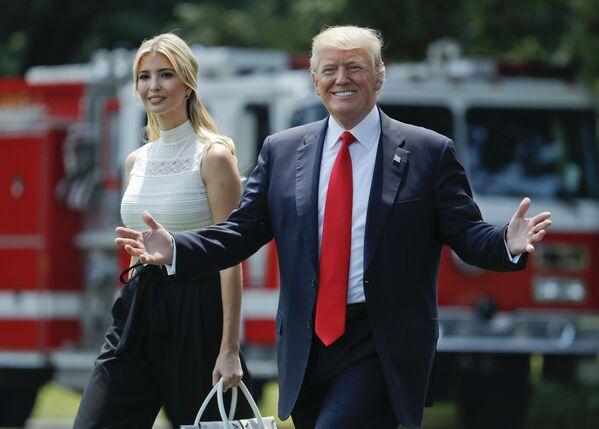 Il presidente statunitense Donal Trump con sua figlia Ivanka al fronte della Casa Bianca a Washington. - Sputnik Italia