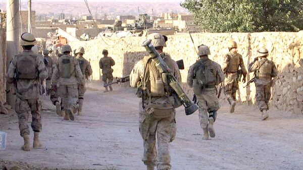 A picture released by the US Marines shows Marines from 3rd Battalion, 2nd Marine Regiment (3/2) and Iraqi Special Forces patrolling a street in the city of Karabilah, near Iraq's northwestern border with Syria (file) - Sputnik Italia