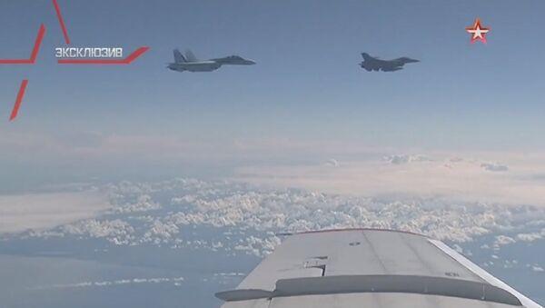 Caccia russo Su-27 interrompe manovra di avvicinamento dei un F-16 NATO dall'aereo del ministro Shoigu - Sputnik Italia