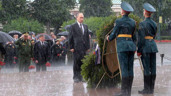 Putin rende omaggio alla tomba del milite ignoto - Sputnik Italia