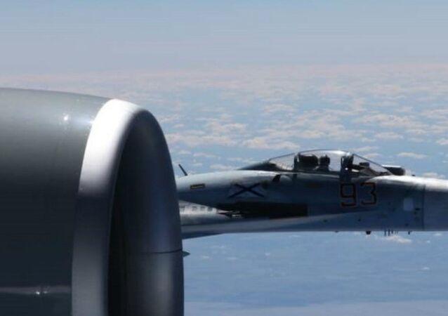 Aereo spia americano RC-135U intercettato da caccia russo Su-27 (foto d'archivio)
