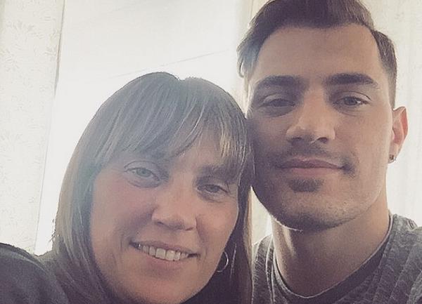 James Troisi con sua madre Natasha, di origini greche - Sputnik Italia