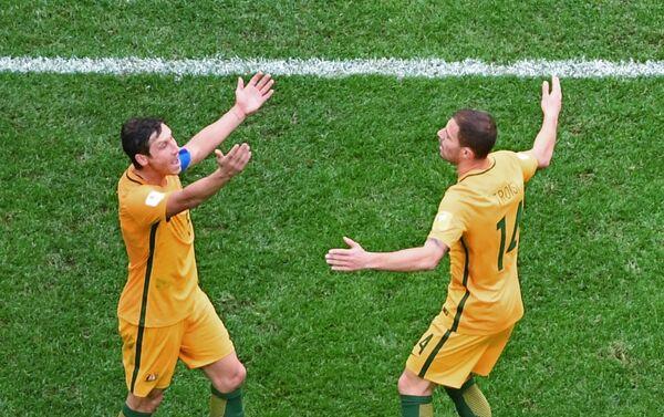 Confederations Cup 2017, Camerun - Australia: Troisi e il suo compagno Milligan protestano per una decisione dell'arbitro - Sputnik Italia