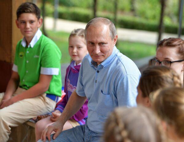 Putin in visita al centro estivo di Artek - Sputnik Italia