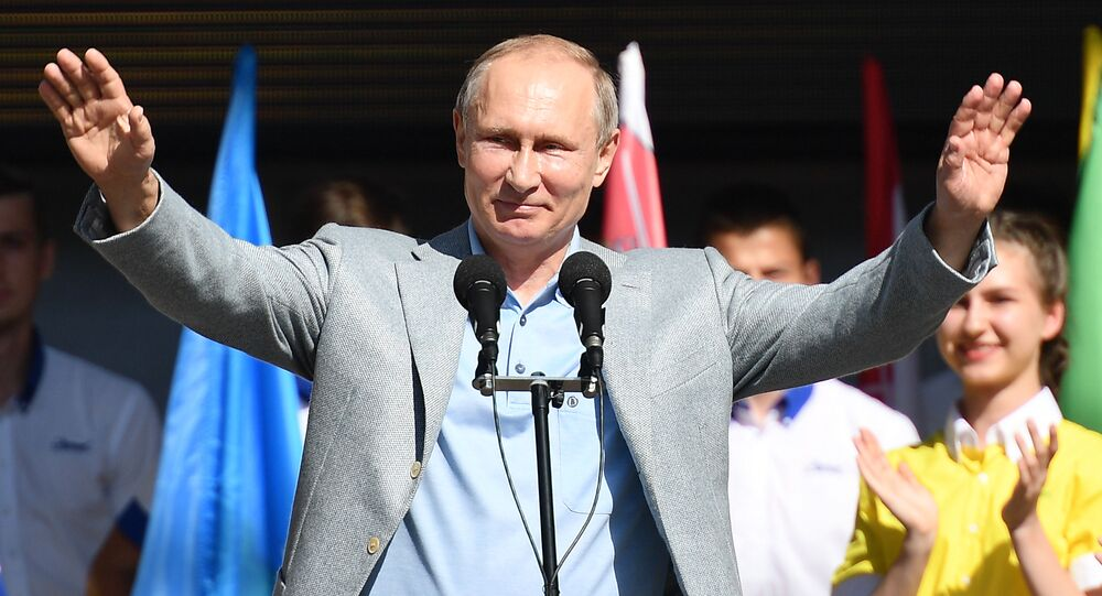 Путин на церемонии открытия 7-й смены Улыбка Саманты во время посещения международного детского центра Артек в Крыму