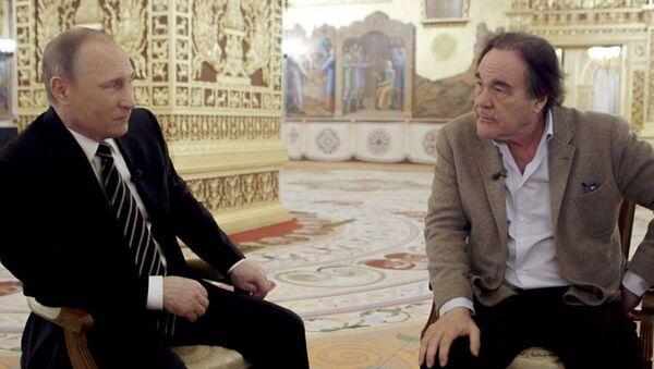 Президент РФ Владимир Путин и американский кинорежиссер Оливер Стоун во время интервью - Sputnik Italia