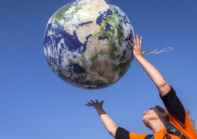 Una donna lancia un pallone del pianeta Terra