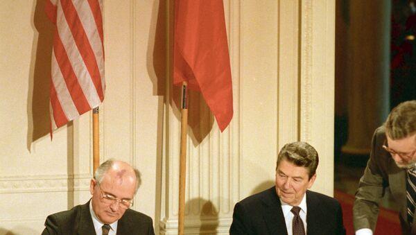 1987, Ronald Reagan e Mikhail Gorbachev firmano il trattato INF - Sputnik Italia