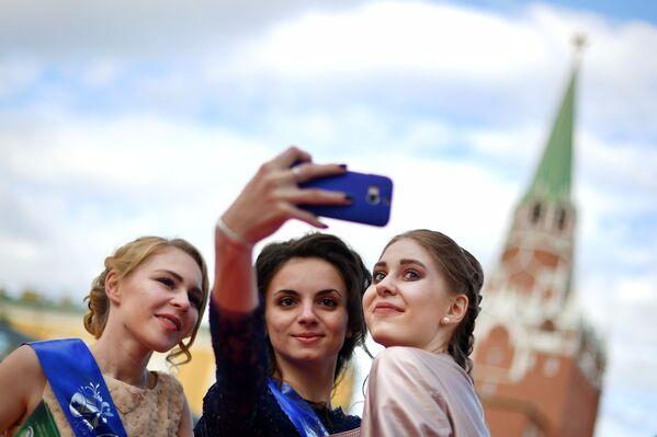 Le ragazze si fanno selfie in Piazza Rossa. - Sputnik Italia