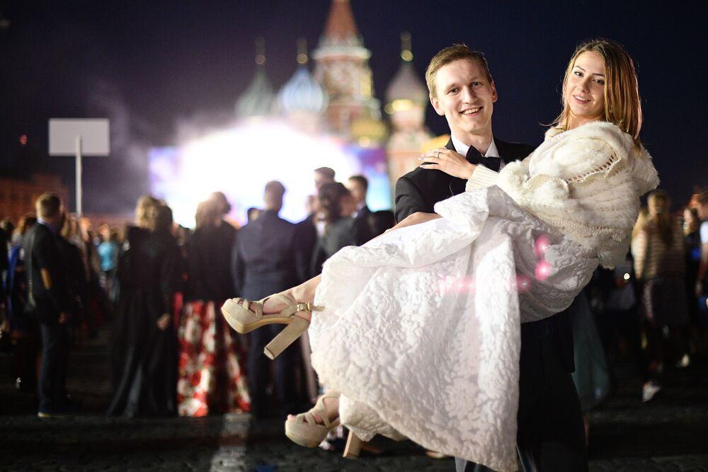 Una coppia dei maturandi dopo aver ricevuti i loro diplomi in Piazza Rossa.