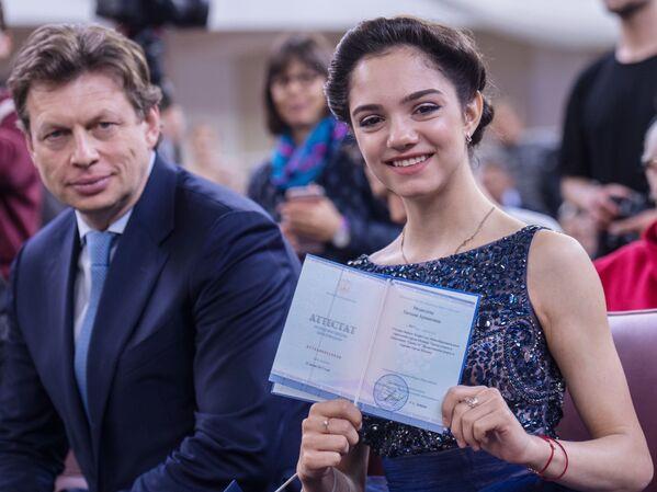 Evegniya Medvedeva riceve il suo diploma. - Sputnik Italia