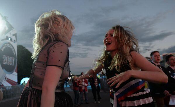 Le ragazze ballano nel Parco di Gorkiy durante le celebrazioni. - Sputnik Italia