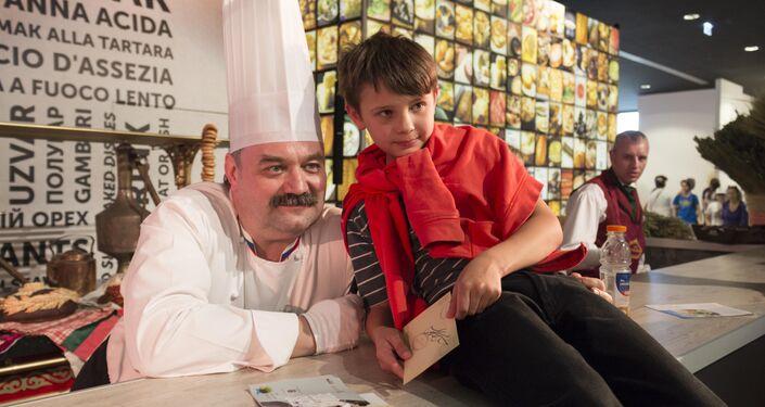 Un bambino in posa con lo chef al padiglione russo di EXPO 2015.