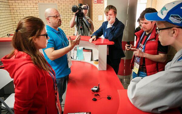 Il centro di distribuzione degli auricolari con cui gli spettatori non vedenti possono ascoltare la cronaca della partita - Sputnik Italia