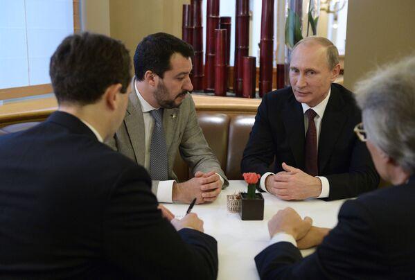 Il presidente russo Vladimir Putin e il leader del partito politico italiano a Lega Matteo Salvini - Sputnik Italia