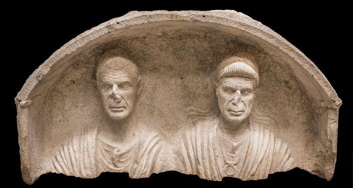 Stele con coppia di coniugi Fine I secolo a.C.
