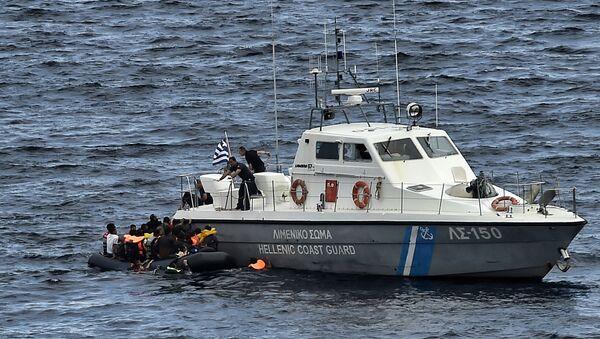 Un motoscafo della guardia costiera greca mentre salva rifugiati - Sputnik Italia