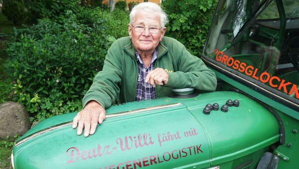 Winfried Langner, pensionato tedesco che raggiunto San Pietroburgo dopo essere partito a bordo di un trattore da Lauenförde, Germania - Sputnik Italia