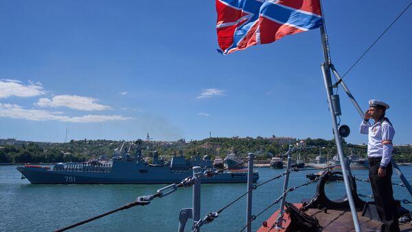 La bandiera di bompresso della flotta russa, issata alla prua della nave - Sputnik Italia