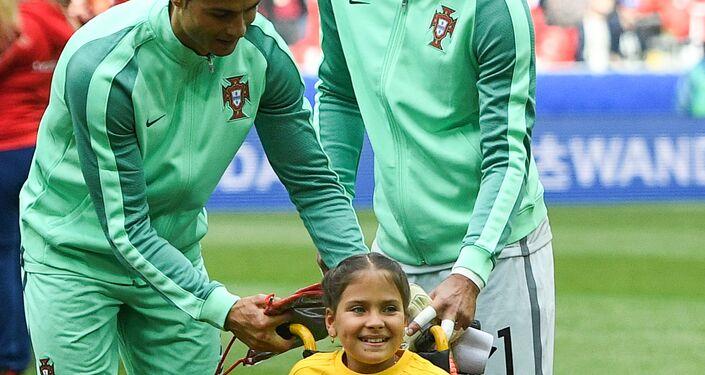 Cristiano Ronaldo regala la sua felpa ad una bambina prima di Russia-Portogallo