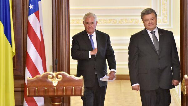 Госсекретарь США Рекс Тиллерсон и президент Украины Петр Порошенко во время пресс-конференции в Киеве - Sputnik Italia