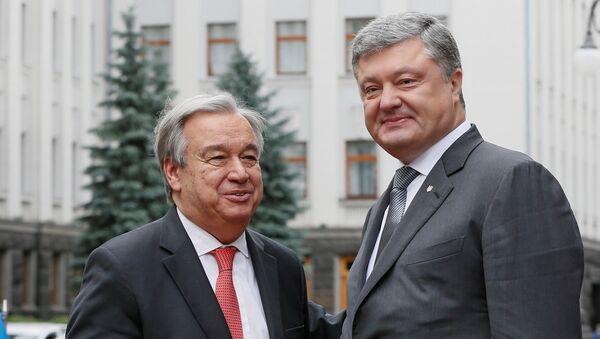 Ukrainian President Petro Poroshenko (R) greets UN Secretary General Antonio Guterres during a meeting in Kiev, Ukraine July 9, 2017 - Sputnik Italia