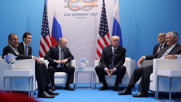 Il presidente USA Donald Trump incontra il presidente russo Vladimir Putin al vertice G20. - Sputnik Italia