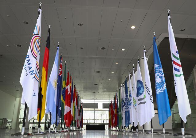 Le bandiere dei paesi che prendono parte al vertice G20 ad Amburgo.