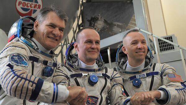 Nespoli, Ryazanskiy e Breznik dopo aver passato le prove pre-lancio alla Città delle Stelle - Sputnik Italia
