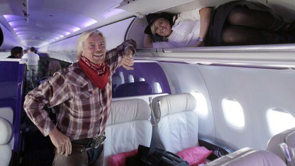 Директор авиакомпании Virgin Atlantic Airways с бортпроводницей на борту самолета  - Sputnik Italia