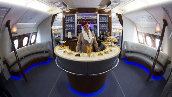 Una hostess Emirates - Sputnik Italia