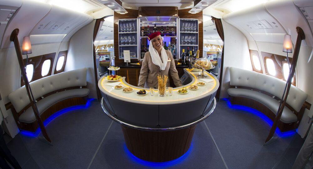 Una hostess Emirates