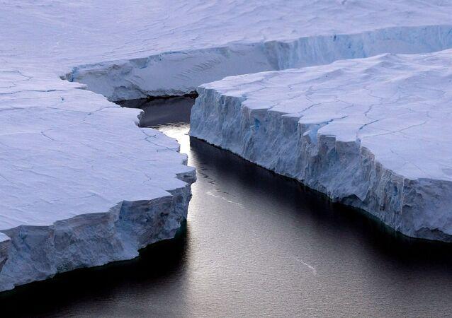 Un enorme iceberg (a destra) si è staccato dalla Knox Coast nel territorio dell'Antartide australiano.