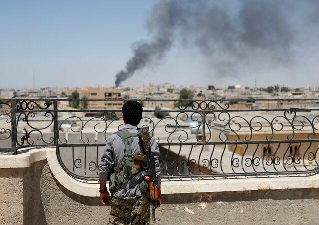 Combattente curdo a Raqqa