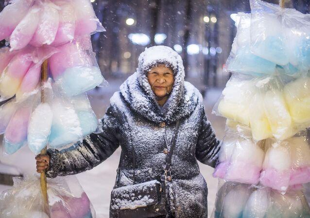 Tabyldy Kadyrbekov La venditrice di zucchero filato