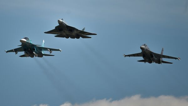 From left: A Sukhoi-34, a T-50 and a Sukhoi-35S perform a demo flight at the MAKS 2015 International Aviation and Space Salon in Zhukovsky outside Moscow - Sputnik Italia