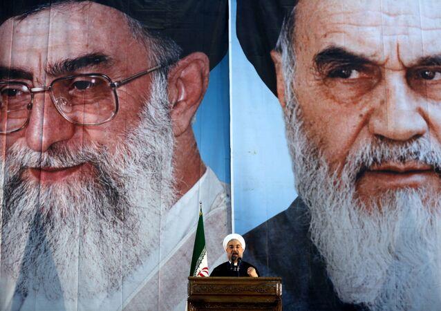 Presidente Hassan Rouhani sullo sfondo delle foto degli ayatollah Ali Khamenei e Ruhollah Khomeini