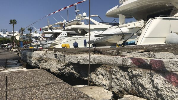 The broken quay wall is raised by several inches in the harbor after an earthquake in Kos on the island of Kos, Greece Friday, July 21, 2017. Greek authorities said two tourists killed in the overnight quake are from Turkey and Sweden. - Sputnik Italia