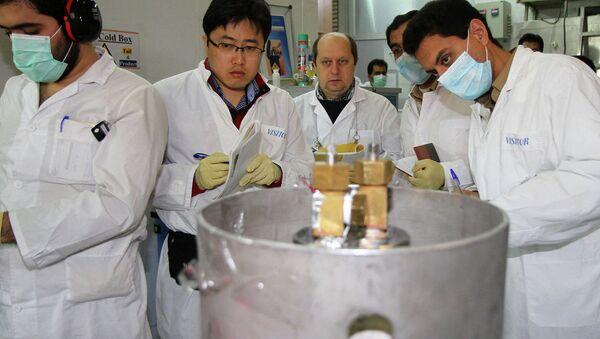 Ricercatori in una centrale nucleare - Sputnik Italia