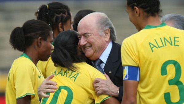Presidente Fifa Joseph Blatter con calciatori brasiliani prima del Campionato sudamericano di calcio femminile nell'Ecuador, 2010. - Sputnik Italia